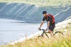 Путешественник имеет adventur на луге на береге реки Стоковое фото RF