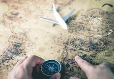 Путешественник использует карту компаса и года сбора винограда стоковое фото rf