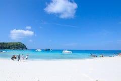 Путешественник идет на пляж с белым песком Стоковое фото RF