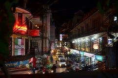 Путешественник и непальские люди на рынке Thamel улицы Стоковая Фотография RF