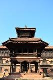 Путешественник и непальские люди приходят к квадрату Bhaktapur Durbar Стоковые Фото