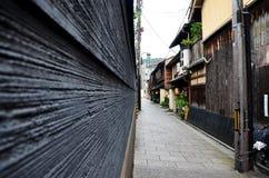 Путешественник и японский народ идут к большинств популярной зоне Gion Стоковая Фотография