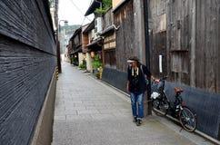 Путешественник и японский народ идут к большинств популярной зоне Gion Стоковые Изображения
