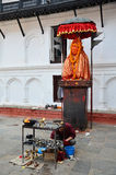 Путешественник и nepalese люди путешествуют и молят статуя Hanuman Стоковая Фотография