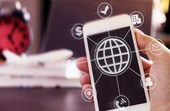 Путешественник каникул используя smartphone и интернет для резервирования перемещения стоковые фото