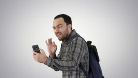 Путешественник концепции людей, образа жизни, природы и приключения стильный молодой со смартфоном и снимать удерживания рюкзака видеоматериал