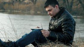 Путешественник к берегу с таблеткой акции видеоматериалы