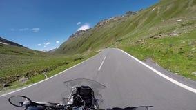 Путешественник мотоцикла на плато горы сток-видео