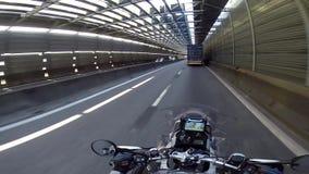 Путешественник мотоцикла на плато горы видеоматериал