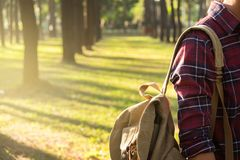 Путешественник молодого человека с ослаблять рюкзака внешний на предпосылке стоковая фотография