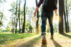 Путешественник молодого человека с рюкзаком, держит карту ослабляя переплюнет стоковое изображение rf
