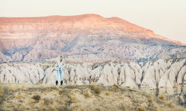 Путешественник молодой женщины в горах в Cappadocia, центральной Турции Стоковые Изображения RF