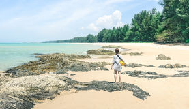 Путешественник молодой женщины наслаждаясь солнечным днем на тропическом пляже Стоковые Изображения