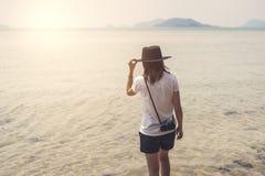 Путешественник молодой женщины с ретро камерой Стоковые Фотографии RF