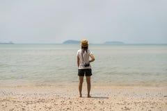 Путешественник молодой женщины с ретро камерой Стоковое Изображение