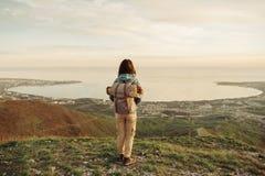 Путешественник наслаждаясь взглядом залива моря Стоковое фото RF