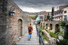Путешественник на районе Abanotubani Тбилиси стоковая фотография rf