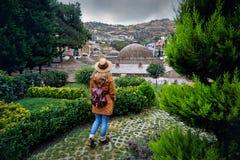 Путешественник на районе Abanotubani Тбилиси стоковое фото rf