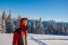 Путешественник нося куртку с клобуком в зиме Стоковая Фотография RF