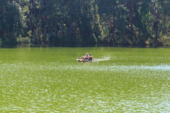 Путешественник ослабляя на бамбуковом сплотке в озере brigt Стоковая Фотография