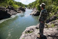 Путешественник постаретый серединой рассматривая река стоковая фотография rf