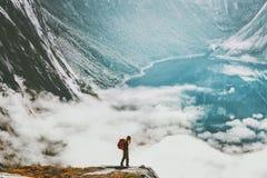 Путешественник при рюкзак над облаками и озером Стоковая Фотография