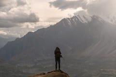 Путешественник при рюкзак стоя на горном пике Концепция успеха образа жизни и достижения перемещения стоковое изображение
