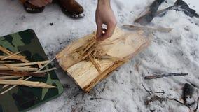 Путешественник разжигает огонь используя огниво, на месте для костра сделанного грубого камня предусматриванного при заморозок на сток-видео