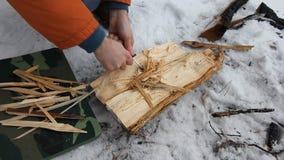 Путешественник разжигает огонь используя огниво, на месте для костра сделанного грубого камня предусматриванного при заморозок на акции видеоматериалы