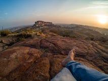 Путешественник сидя перед фортом Mehrangarh Стоковое Изображение RF