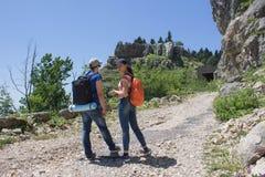 Путешественник смотря природу от высокой горы с пятнать объем, треногу биноклей Стоковое Изображение RF