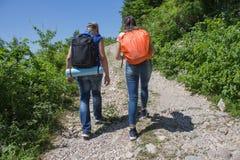 Путешественник смотря природу от высокой горы с пятнать объем, треногу биноклей Стоковое фото RF
