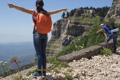 Путешественник смотря природу от высокой горы с пятнать объем, треногу биноклей Стоковые Фотографии RF
