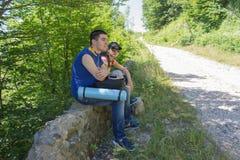 Путешественник смотря природу от высокой горы с пятнать объем, треногу биноклей Стоковые Изображения