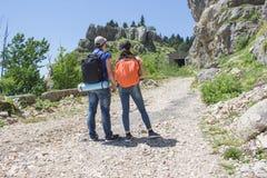 Путешественник смотря природу от высокой горы с пятнать объем, треногу биноклей Стоковая Фотография