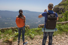 Путешественник смотря природу от высокой горы с пятнать объем, треногу биноклей Стоковое Фото