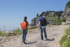 Путешественник смотря природу от высокой горы с пятнать объем, треногу биноклей Стоковая Фотография RF