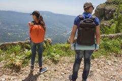 Путешественник смотря природу от высокой горы с пятнать объем, треногу биноклей Стоковые Изображения RF
