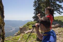 Путешественник смотря природу от высокой горы с пятнать объем Стоковая Фотография
