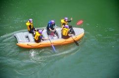 Путешественник сплавляя раздувной резиновой шлюпкой на реке Hozugawa Стоковые Фотографии RF