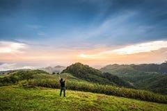 Путешественник стоя на верхней части национального парка в Nan, Таиланде Стоковое фото RF