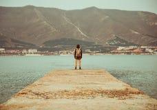 Путешественник стоя перед горами Стоковое Изображение