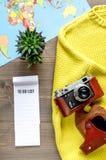 Путешественник установил с камерой и картой на деревянном взгляд сверху предпосылки Стоковая Фотография RF