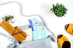 Путешественник установил с пасспортом и билетами на белом взгляд сверху предпосылки Стоковые Фотографии RF
