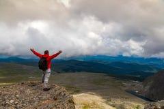 Путешественник фотографа на высокой горе стоковые фотографии rf