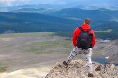 Путешественник фотографа на высокой горе стоковое фото rf