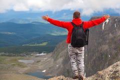 Путешественник фотографа на высокой горе стоковое изображение