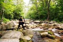 Путешественник фотографа на реке горы стоковые фото