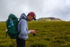 Путешественник фотографа на mountaint стоковое фото
