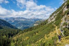 Путешественник человека в ландшафте гор доломитов в Италии Концепция приключения перемещения, доломиты Альп стоковая фотография rf